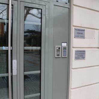 Installation d'une porte d'entrée de magasin à Ollioules