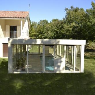 Véranda aluminium Espace lounge toiture plate  dans  le Var