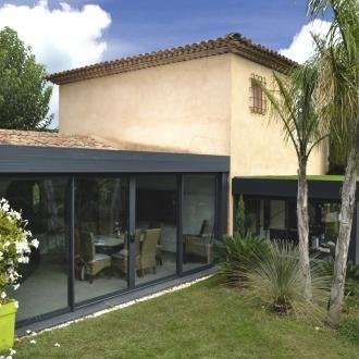 Installation d'une véranda Espace lounge à toiture plate à Saint Tropez