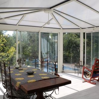 Installation d'une véranda toiture bioclimatique  à  Hyères dans le Var